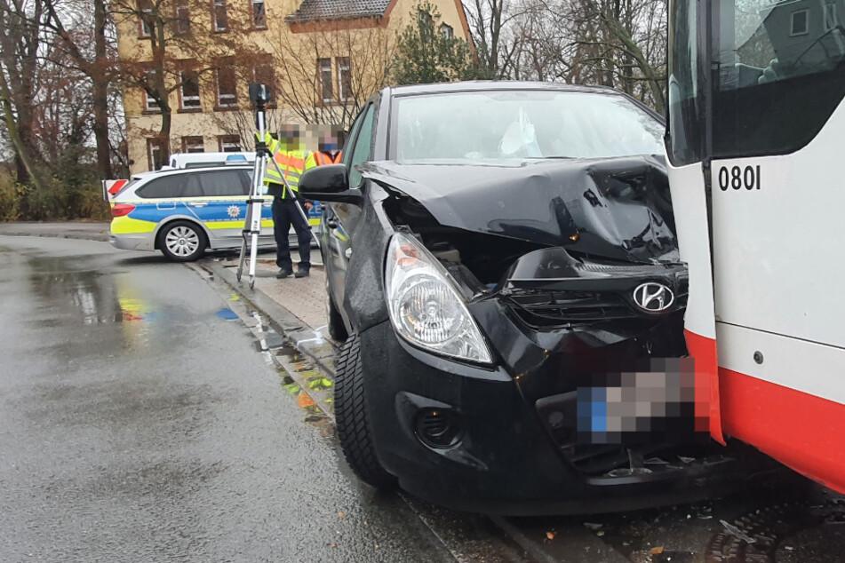 Auto kommt von Straße ab und prallt gegen Linienbus: Vier Verletzte!