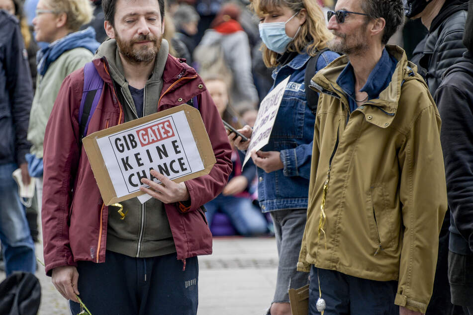 Corona-Demo: Hunderte protestieren gegen Verschwörungstheorien