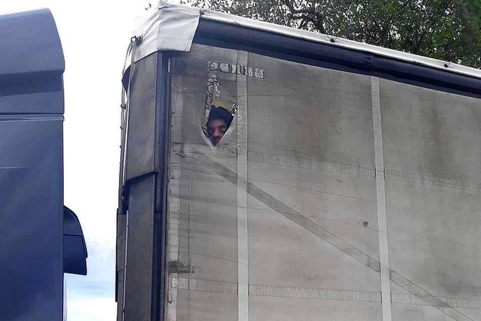 Durch eine Öffnung in der Plane stieg einer der geschmuggelten Personen auf das Lkw-Dach.