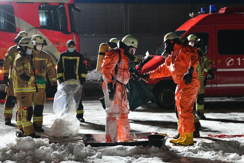 Nach getaner Arbeit muss der Anzug des Feuerwehrmanns gesäubert werden.