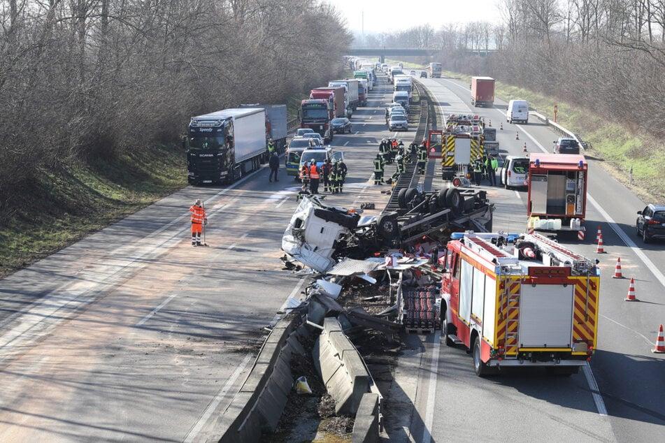 Unfall A44: Riesiges Trümmerfeld: Lkw kollidiert mit Leitplanke auf A44