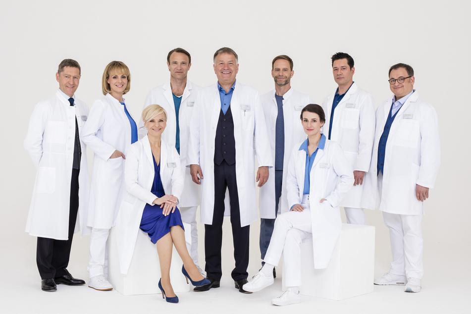 Dem Team um Chefarzt Roland Heilmann (Mitte) steht eine ganz besondere Weihnachtsfolge bevor. (Archivbild)