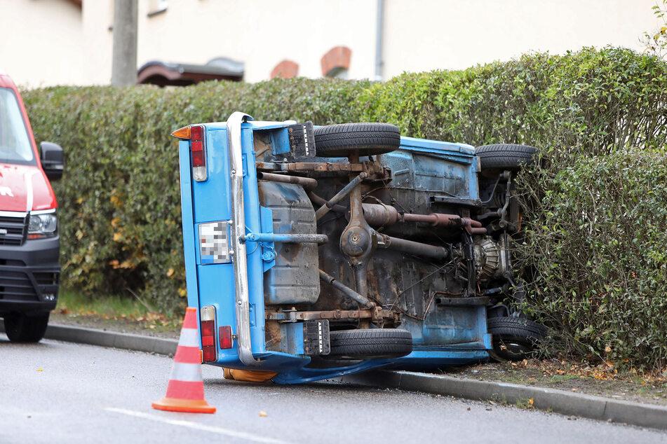Der Fahrer kam trotz der Schräglage des Autos mit dem Schrecken davon und blieb unverletzt.