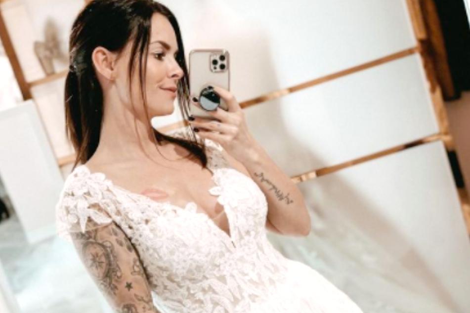 Auf Instagram zeigt sich Denisé im Hochzeitskleid.