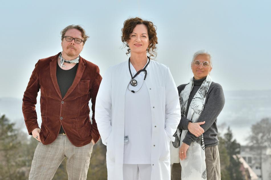 """Regisseur Anno Saul (57), Natalia Wörner (53), Drehbuchautorin Dorothee Schön (59) - hier bei Dreharbeiten zum ZDF-Fernsehfilm der Woche """"Die Welt steht still""""."""