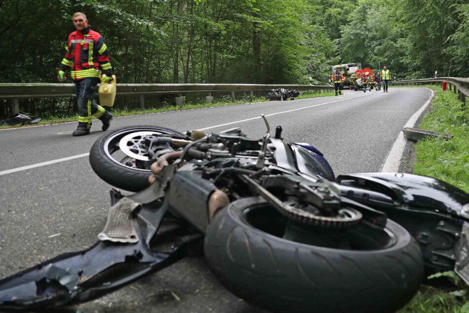 Schwerer Unfall auf der Landstraße: Biker krachen in Mähdrescher
