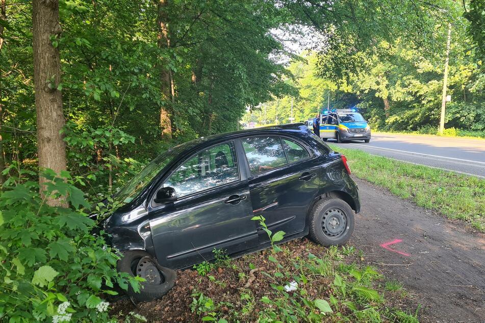 Ein 42 Jahre alter Fahrer geriet mit seinem Nissan auf die Gegenfahrbahn und kam erst an einem Baum zum Stehen.