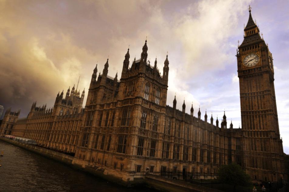 Großbritannien, London: Das Parlamentsgebäude mit dem Big Ben an der Themse.