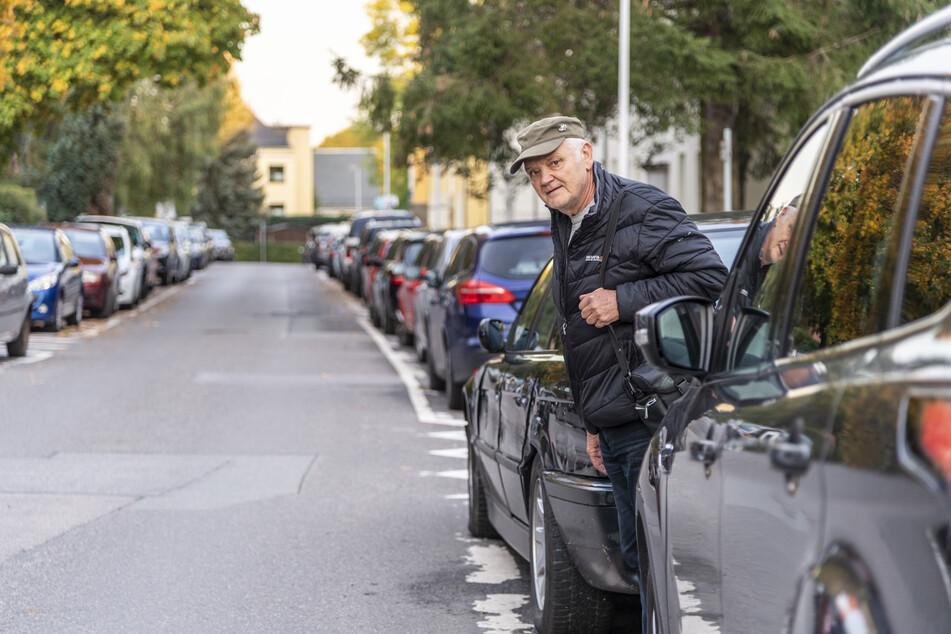 Anwohner wie Henry Janauschek (70) fordern rund um die Abraham-Werner-Straße mehr Parkmöglichkeiten.