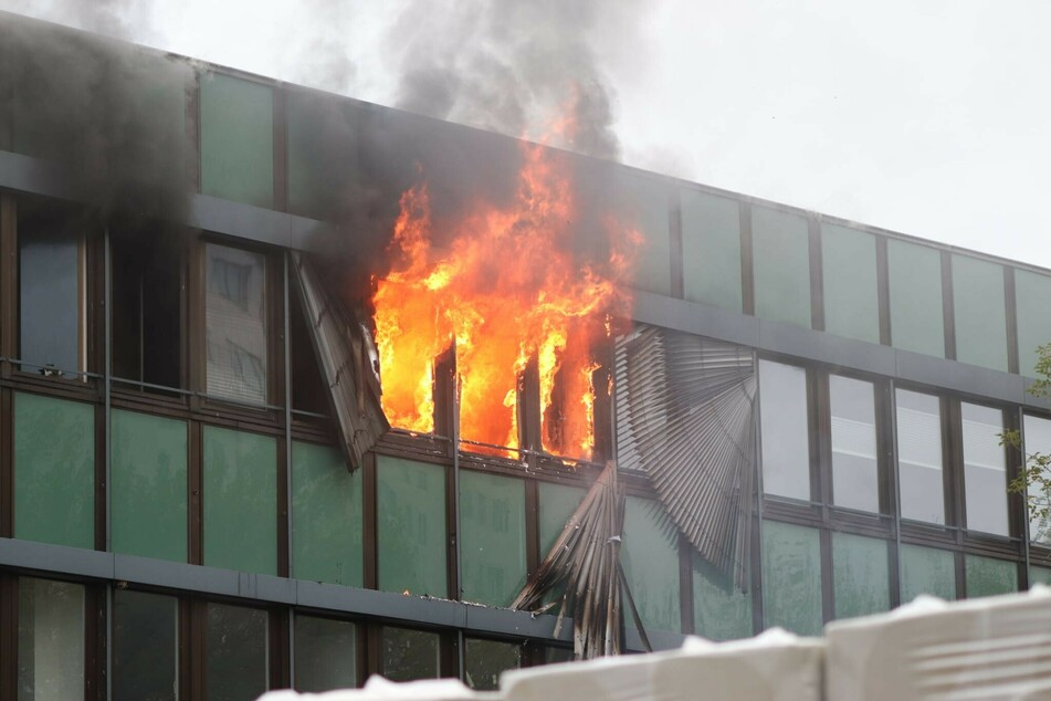 Rauch und Flammen in Marzahn: Offenbar brannte es in einem Ärztehaus.