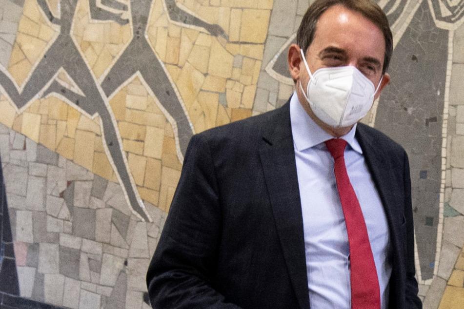 Mit Mundschutzmaske kommt Alexander Lorz (CDU), Kultusminister von Hessen, zu einem Besuch ins Helmholtz-Gymnasium in Frankfurt.