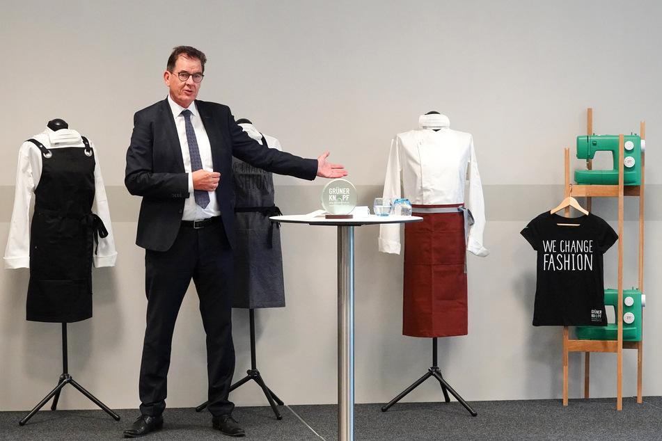 """Bundesentwicklungsminister Gerd Müller (CSU) spricht während einer Pressekonferenz zum Textilsiegel """"Grüner Knopf"""" im Dorint Hotel in Hamburg-Eppendorf. Mit dem staatlichen Textilsiegel """"Grüner Knopf"""" will die Bundesregierung über Grenzen hinweg soziale und ökologische Standards voranbringen. Wer den """"Grünen Knopf"""" für sein Textilprodukt haben will, muss zahlreiche soziale und ökologische Mindeststandards einhalten."""