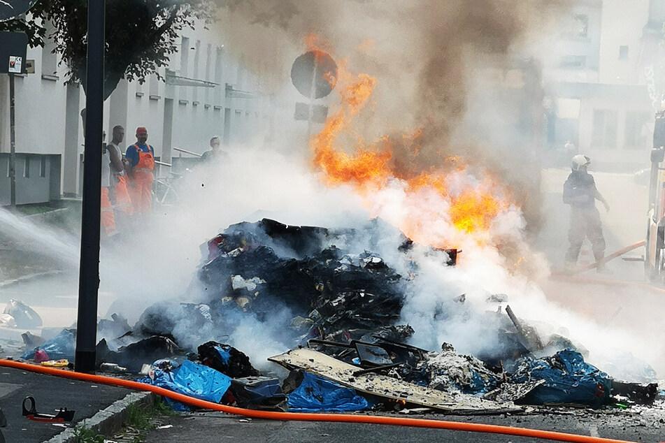 Dieser Unrat fing im Müllauto zu brennen an. Er wurde deshalb auf der Jessener Straße entladen.