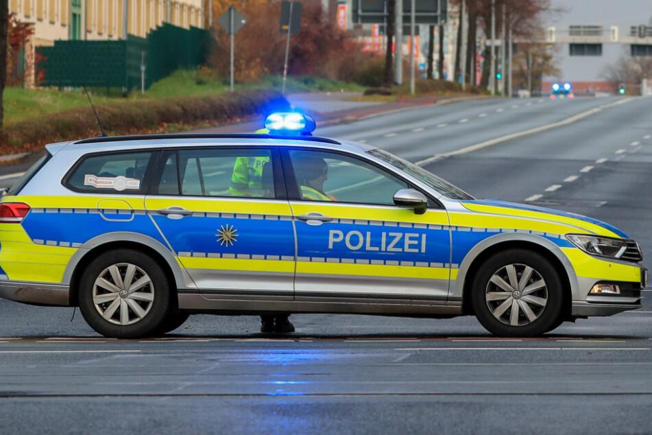 Ein Funkstreifenwagen der Leipziger Polizei im Einsatz - von solch einem VW Passat stahlen Unbekannte in Connewitz die Polizei-Nummernschilder.