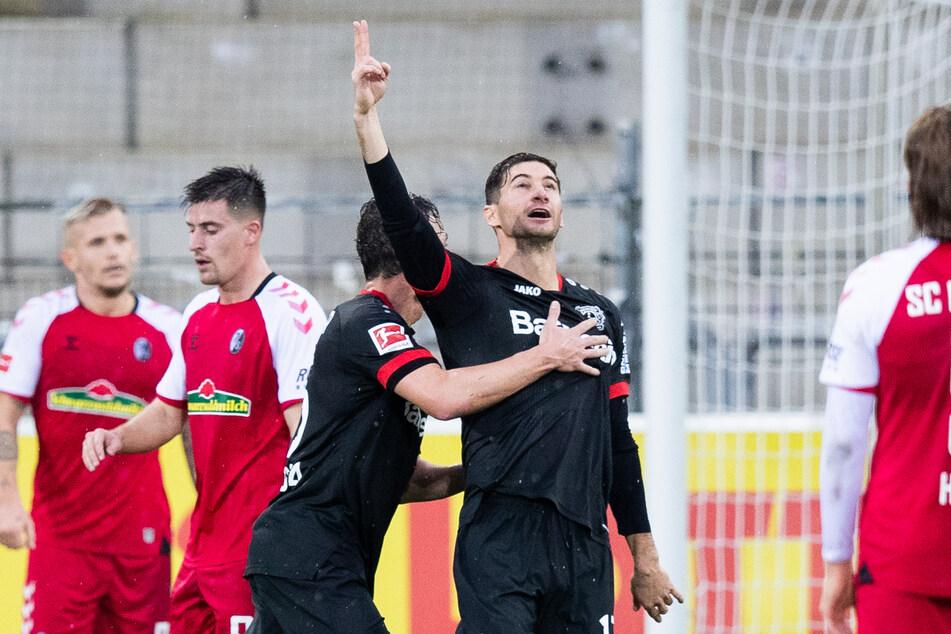 Leverkusens Lucas Alario (r) jubelt nach seinem Tor zum 1:2 in Freiburg mit Julian Baumgartlinger (2.v.r).