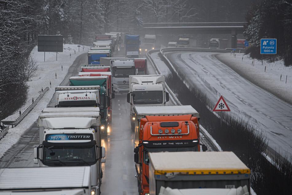 Autofahrer aufgepasst: Schnee und Wind sorgen für Verkehrs-Behinderungen!