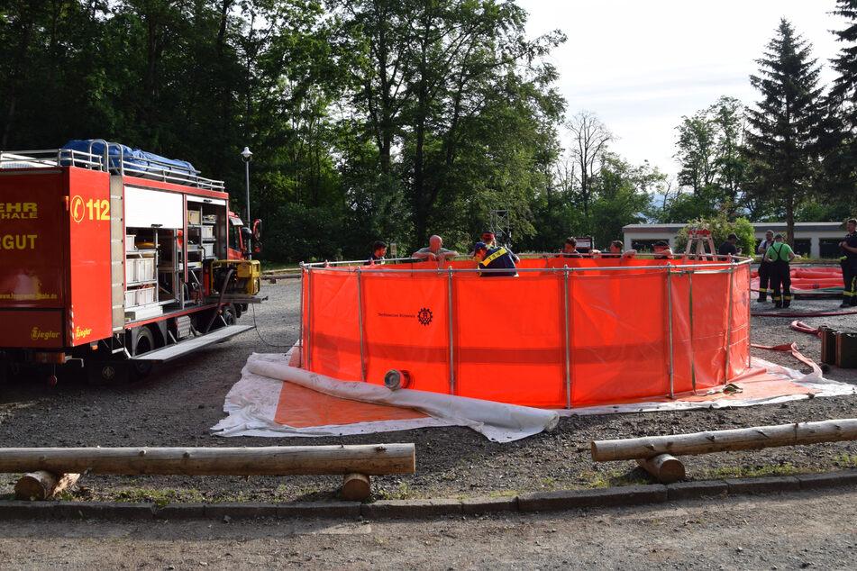 Die Feuerwehr hat in der vergangenen Nacht 60.000 Liter Wasser über den Hang verteilt.
