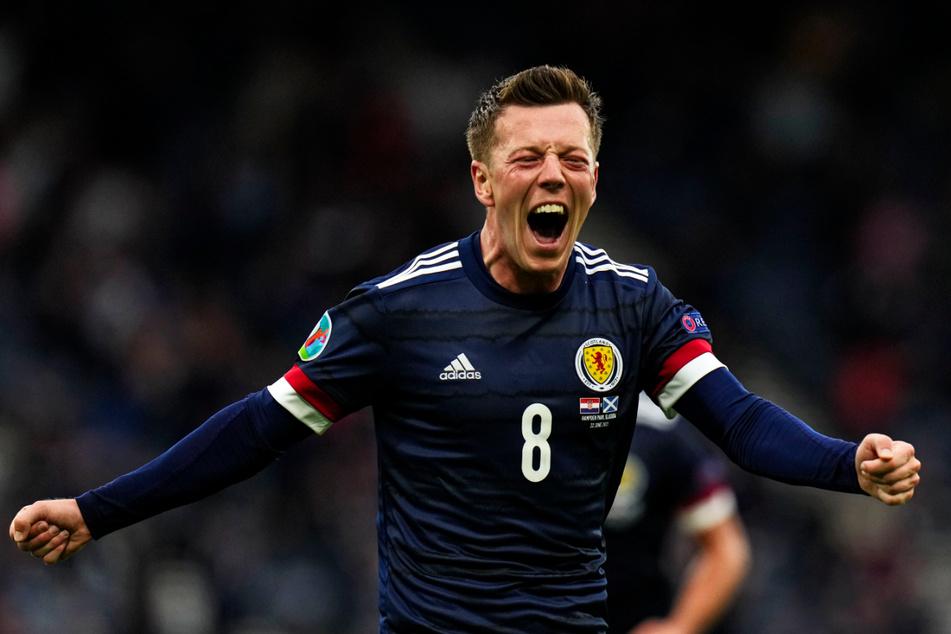 Euphorischer Jubel bei Callum McGregor! Der kampfstarke Profi von Celtic Glasgow holte Schottland kurz vor der Pause mit seinem Treffer zum 1:1 zurück ins Spiel.