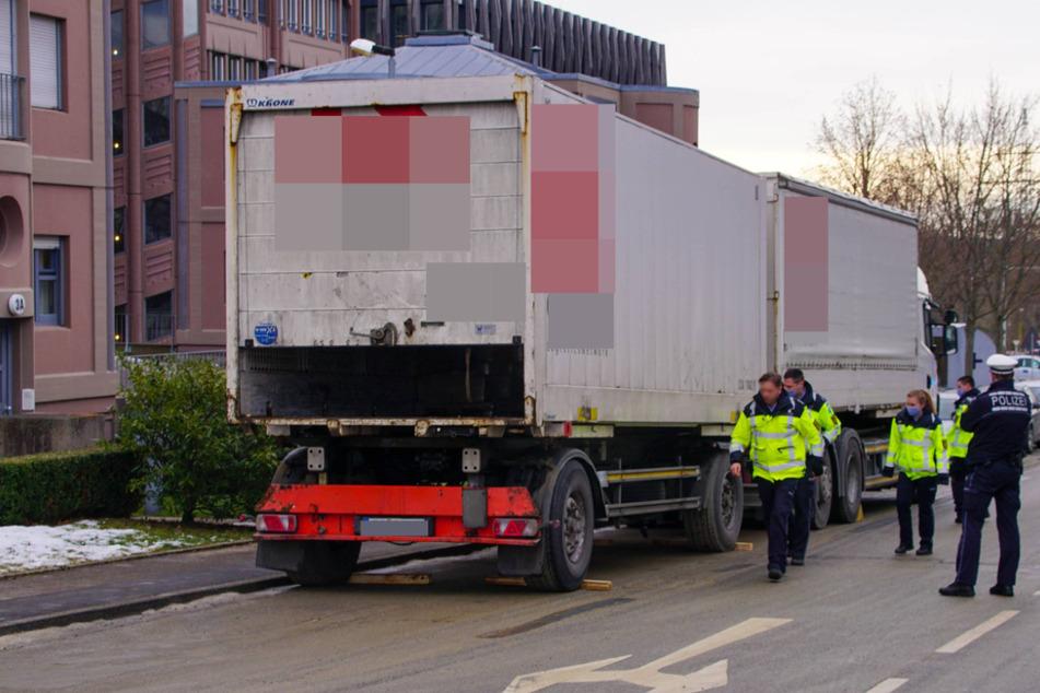 Tödlicher Arbeitsunfall: Mann wird zwischen Laster und Anhänger eingeklemmt