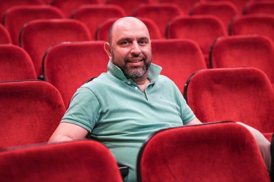 Serdar Somuncu (52) sitzt bei einer Theaterprobe in einer Zuschauerreihe. (Archivbild)