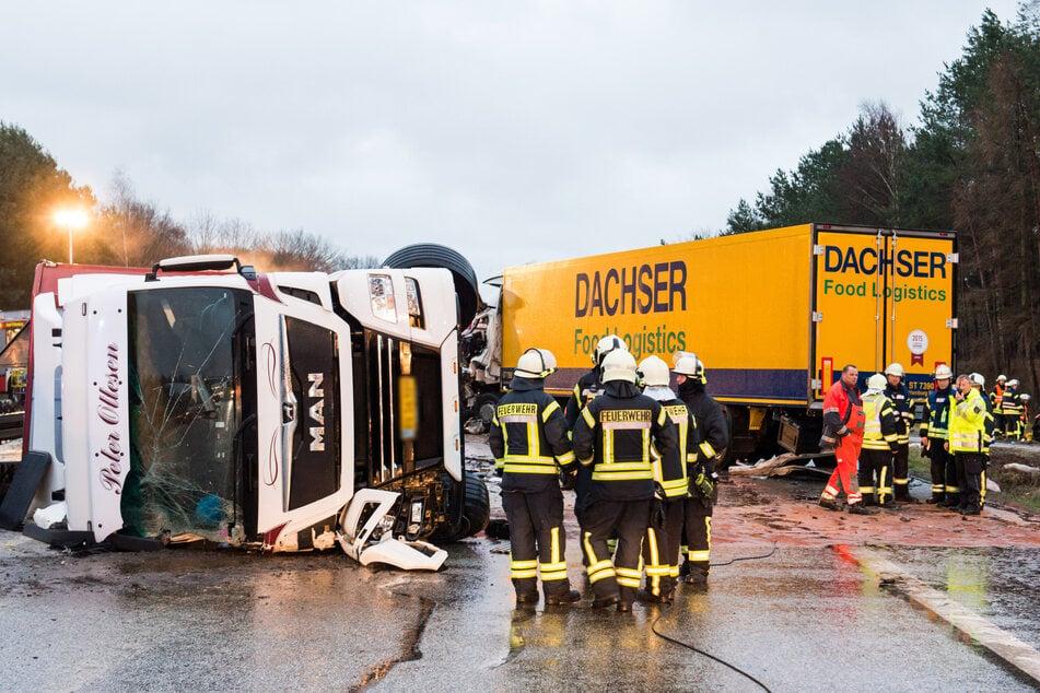 Unfall A24: Nach einer Karambolage mehrerer Fahrzeuge liegt ein Viehtransporter umgekippt auf der A24.
