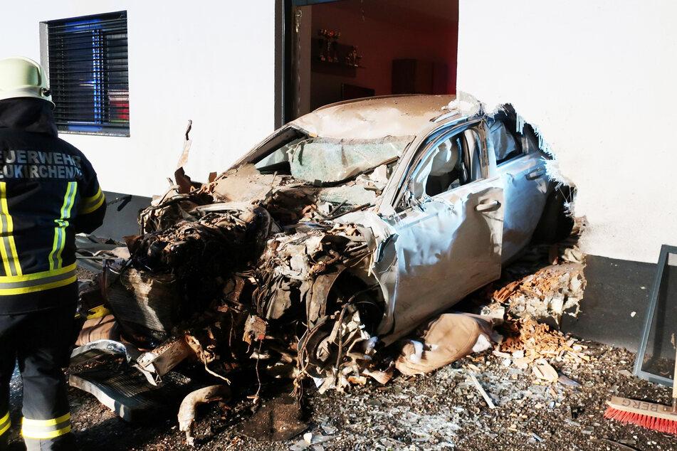 Das Auto kam inmitten der Wand zum Wohnzimmer zum Stehen.