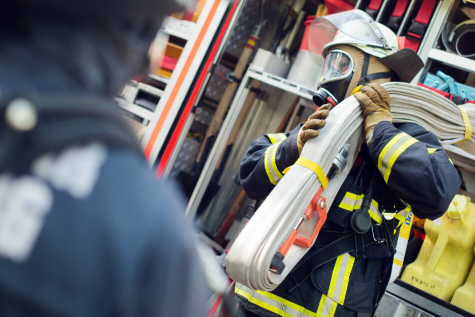 Scheune steht in Flammen, Brand greift auf Haus über! Feuerwehr im Großeinsatz