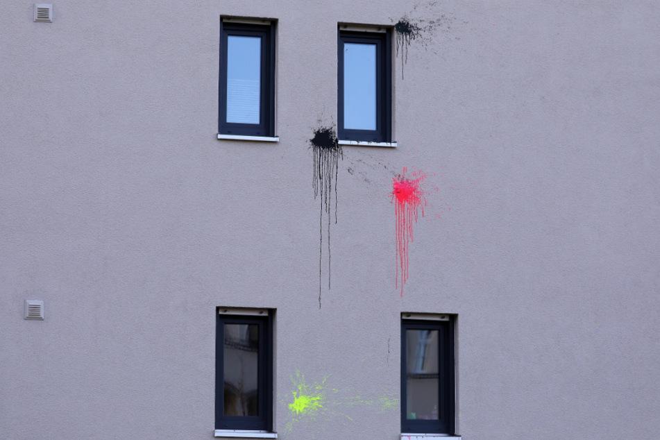 Die Farbspuren sind deutlich an den Hausfassaden zu sehen.