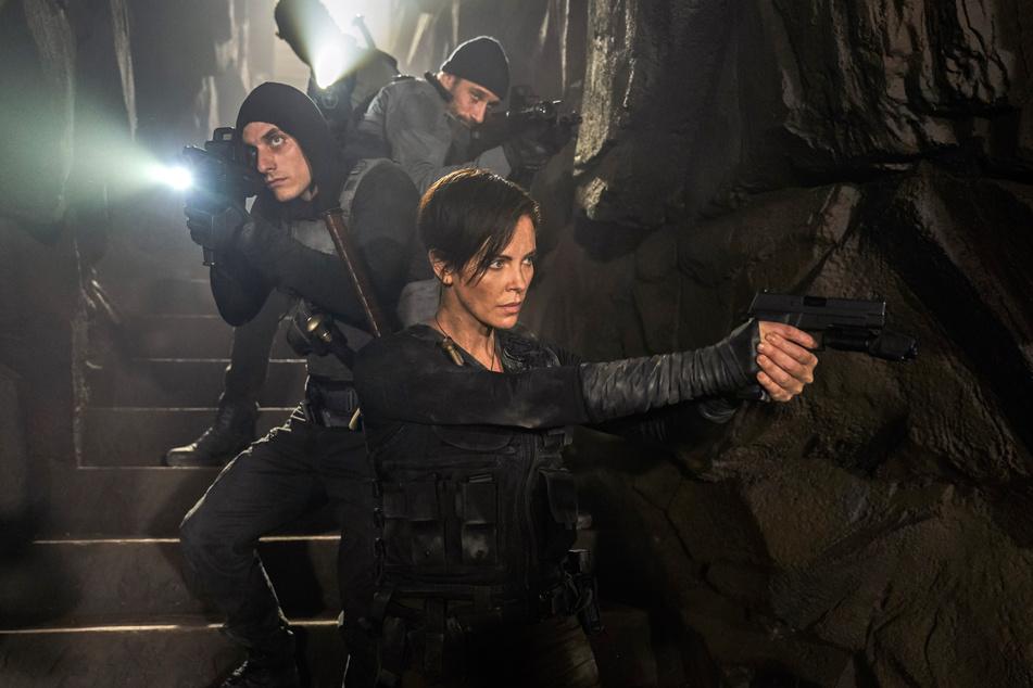 """Matthias Schoenaerts (42,l), Charlize Theron (44) und Luca Marinelli (35) in einer Szene des Films """"The Old Guard""""."""