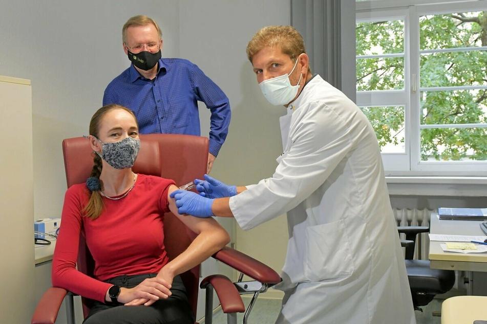 Gesundheitsbürgermeisterin Kristin Kaufmann (44, Linke) ging bereits vor Wochen mit gutem Vorbild voran und ließ sich gegen Grippe impfen.