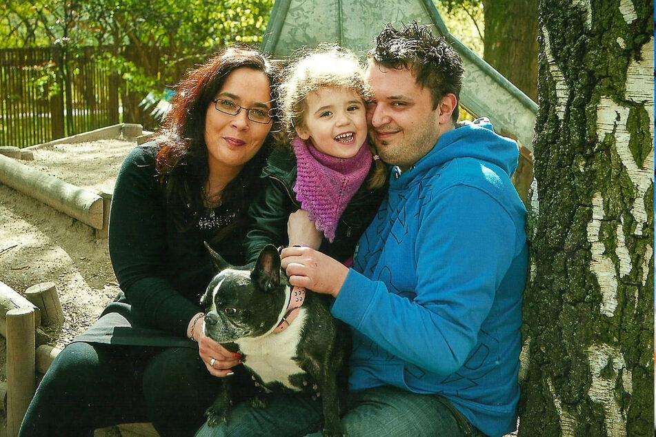 Anja Erth mit Ehemann Markus, Tochter Amira und Hund Harley.