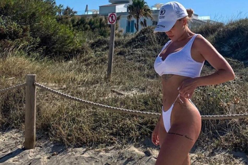 Samantha Justus (30) zeigt sich auf Instagram im knappen Strandoutfit.