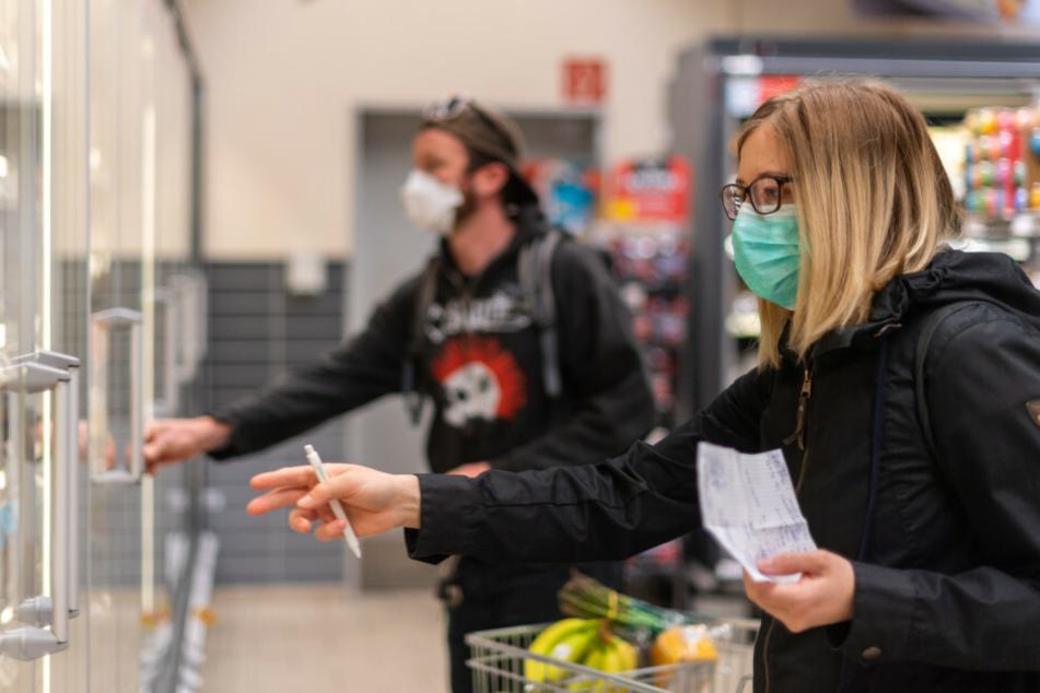 Wer im Supermarkt einkaufen geht, muss einen Mundschutz tragen.