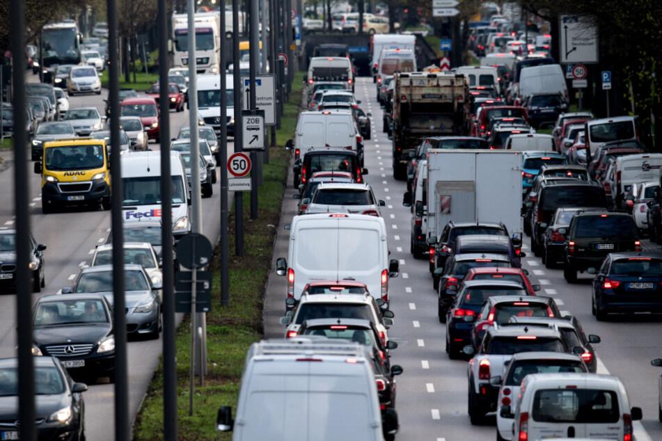 München dicht! Stellenweise verdichtet sich der Verkehr bereits auf dem Weg zur Autobahn enorm. (Archiv)