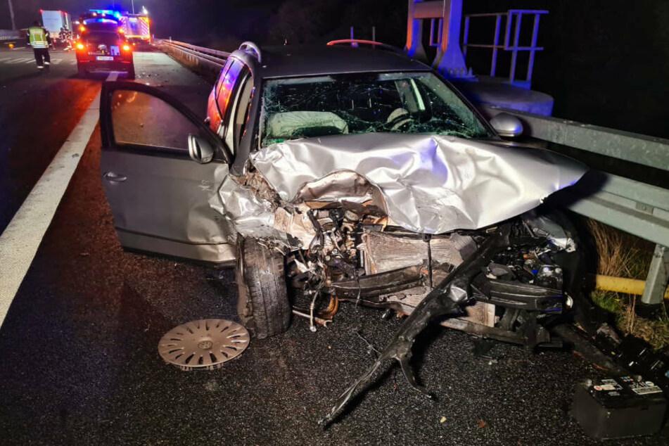 Ach der am Unfall beteiligte VW ist stark an der Front zerstört.