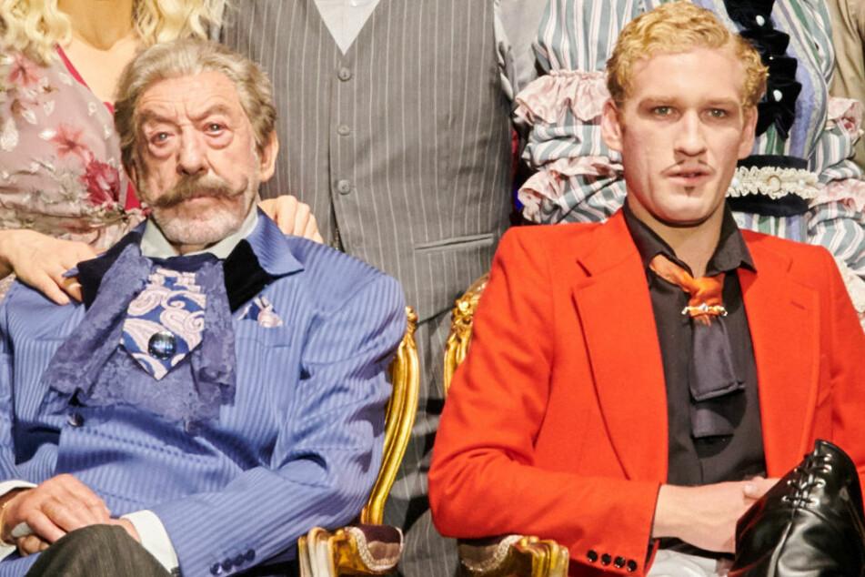 """Dieter Hallervorden (85, l.) und sein Sohn Johannes (21) stehen gemeinsam für das Stück """"Adel verpflichtet"""" auf der Bühne."""