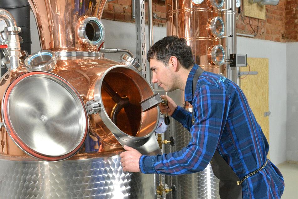 Regionale Handarbeit: Martin Wagner (37) brannte den Whisky in seiner Spirituosenmanufaktur in Schirgiswalde-Kischau mit Malz aus Sachsen.