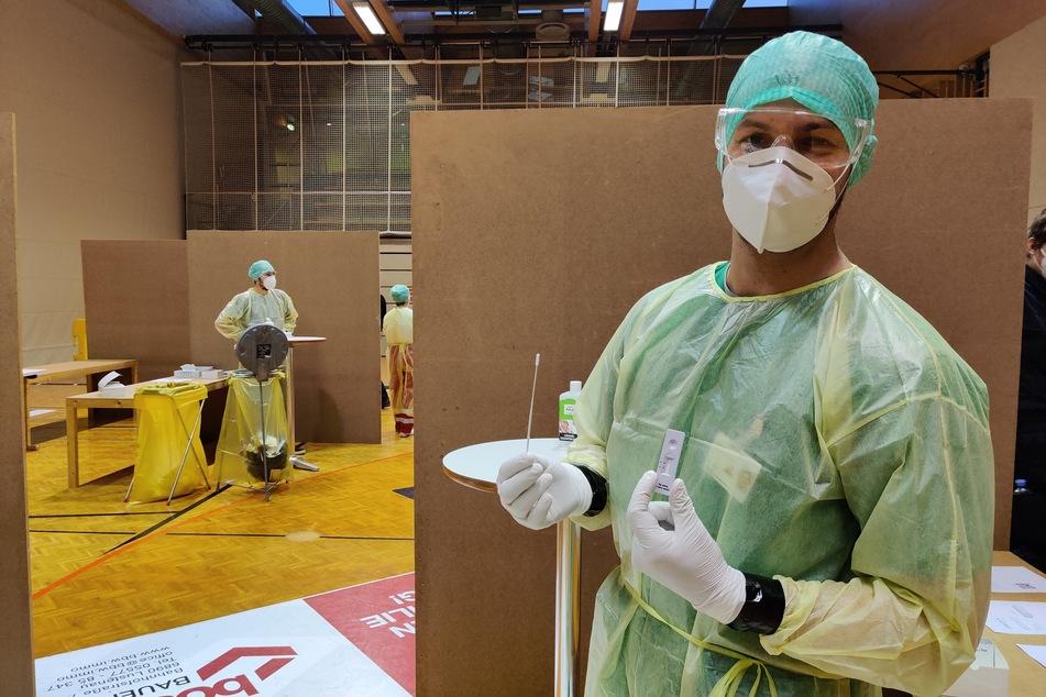 Ein Mitarbeiter bereitet sich in einer Teststation im Bundesgymnasium Lustenau im Bundesland Vorarlberg auf bevorstehende Corona-Tests vor. (Archiv)