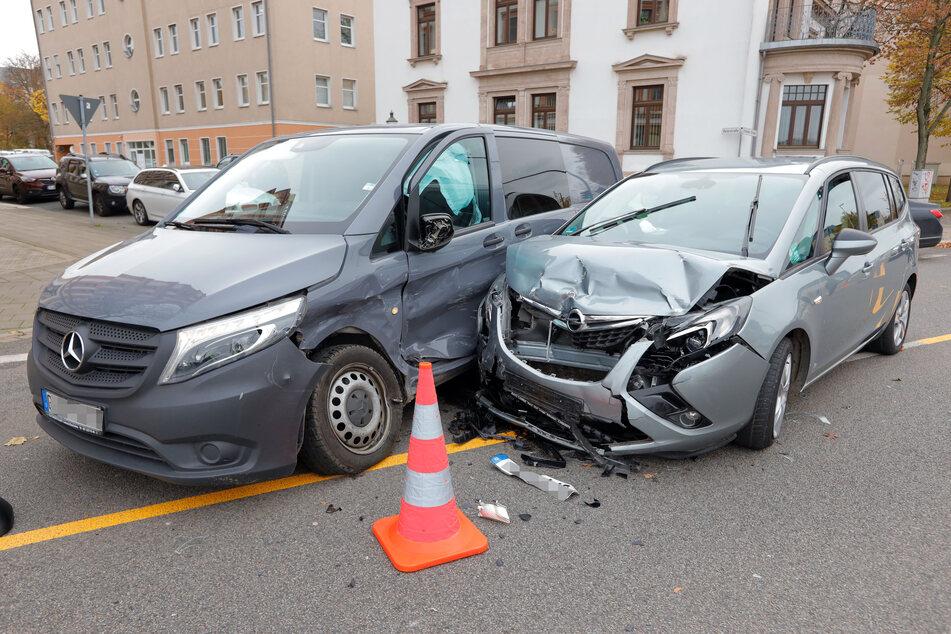 Am Rande des Chemnitzer Sonnenbergs krachte es am Dienstagmittag. Ein Mercedes-Transporter knallte mit einem Opel zusammen.