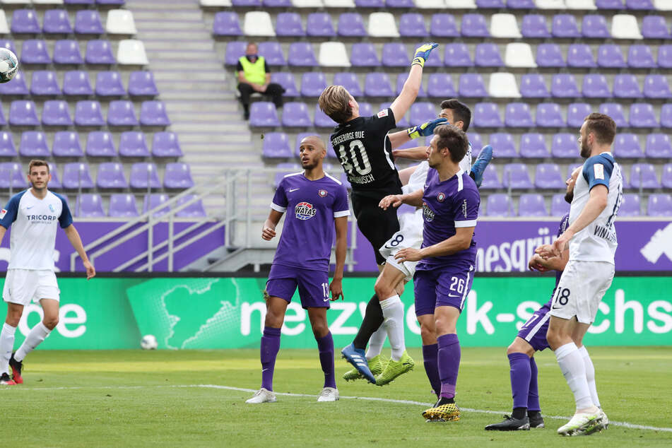 Bochums Anthony Losilla (Nummer 8) nutzte einen Schnitzer der Auer Abwehr zum 0:2, FCE-Keeper Robert Jendrusch konnte den Treffer nicht verhindern.
