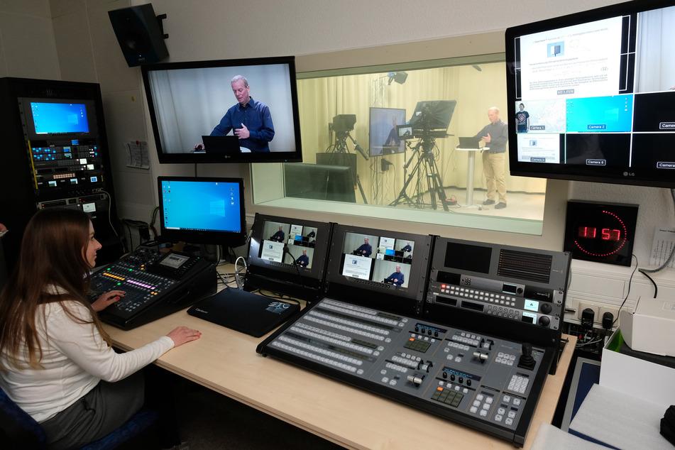 Dozent Frank Stallmach referiert in einem Studio des Zentrums für Medien und Kommunikation an der Universität Leipzig.