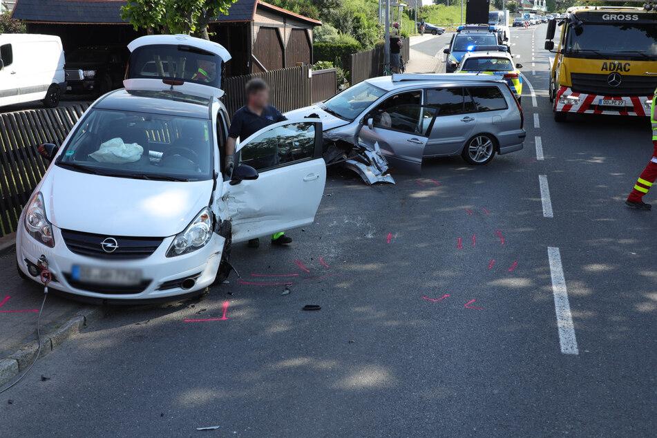 Mitsubishi kollidiert nahe Dresden mit Opel: B170 gesperrt