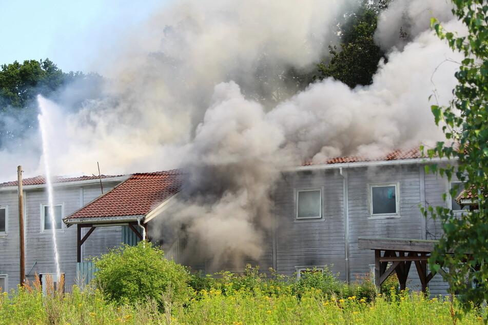 Feuer in Flüchtlings-Unterkunft: Acht Personen verletzt, darunter ein Feuerwehrmann