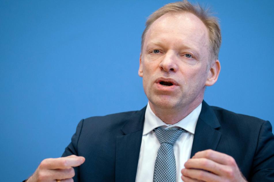 Ifo-Präsident Clemens Fuest plädiert für einen umsichtigen und schrittweisen Öffnungsprozess. (Archiv)