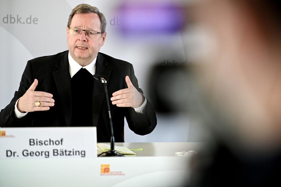 Der Vorsitzende der Deutschen Bischofskonferenz, Kardinal Georg Bätzing (59), hat seine Machtlosigkeit im Missbrauchsskandal um Kardinal Rainer Maria Woelki (64) erklärt.