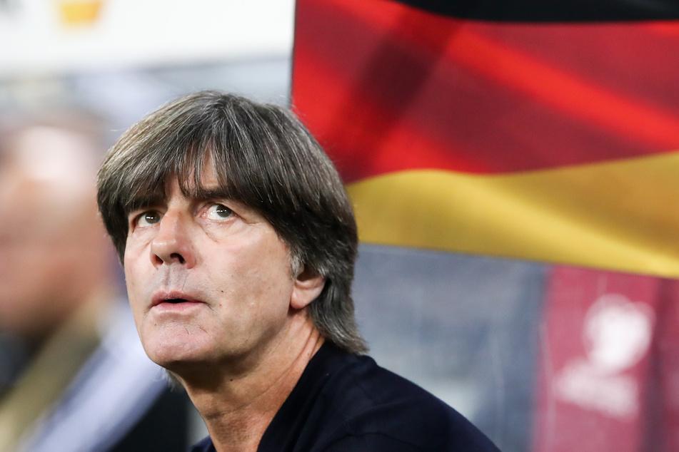 Bundestrainer Joachim Löw aus Deutschland sitzt vor dem Anpfiff bei der EM-Qualifikation im Jahr 2019 auf der Bank.