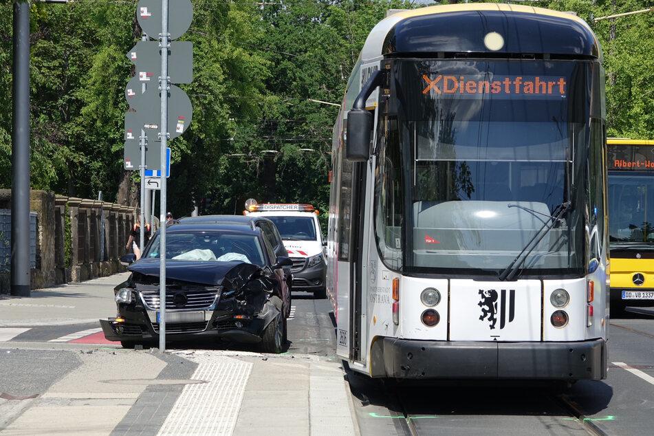 Eine Straßenbahn der Linie 13 kollidierte auf der Wiener Straße Ecke Oskarstraße mit dem Passat.