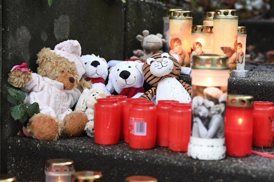 Die Trauer um die fünf getöteten Kinder in Solingen ist groß. Zwei Schulen sollen nun von Psychologen unterstützt werden.
