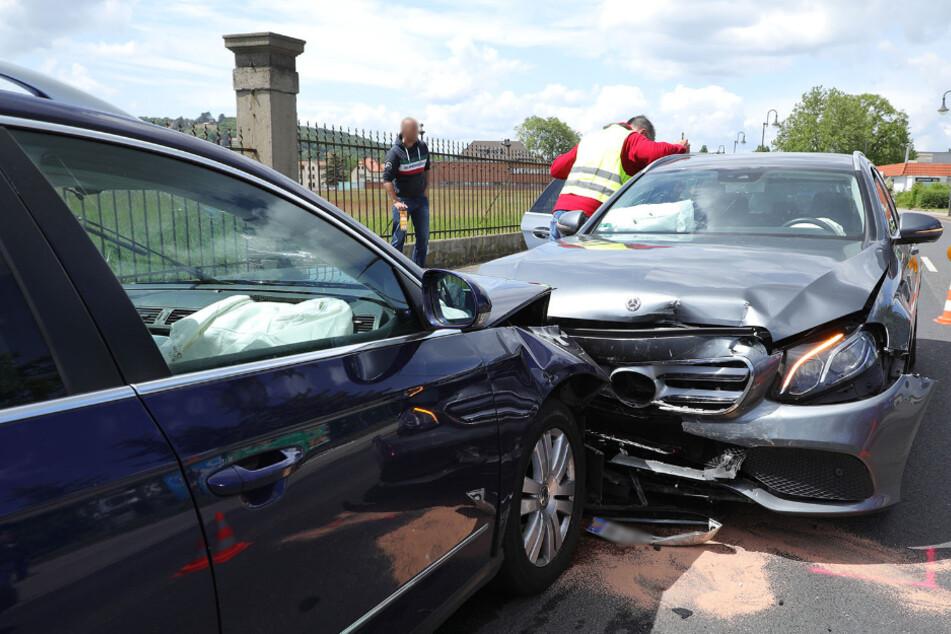 Der Mercedes wurde in erster Linie frontal auf der Beifahrerseite getroffen.