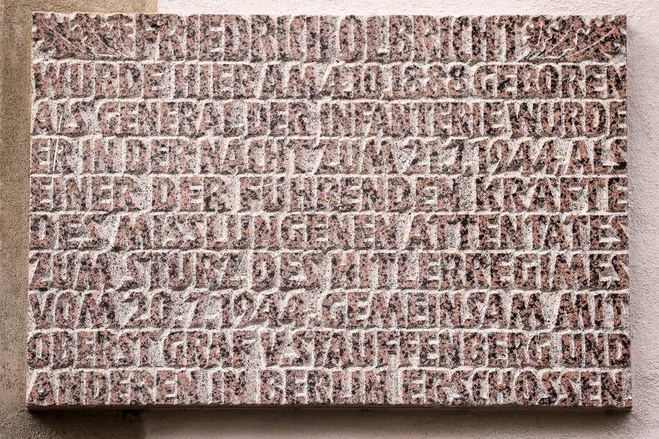 Eine Gedenktafel hängt am Geburtshaus von Friedrich Olbricht (1888 - 1944).